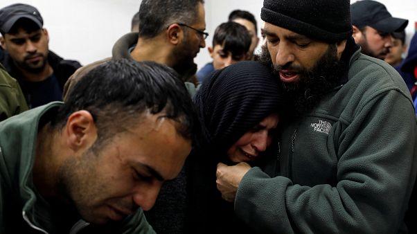 مواساة والدة الفلسطيني محمد عدوان في مستشفى في رام الله بعد فقدان ابنها