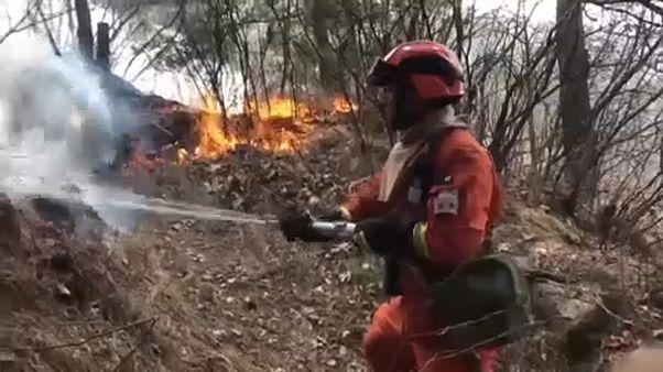 Harminc tűzoltó vesztette életét a kínai erdőtűzben