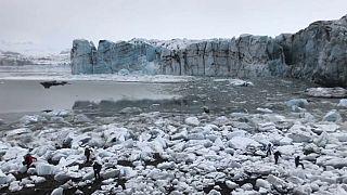 Video: Buzulun çökmesiyle oluşan dev dalgadan son anda kurtuldular