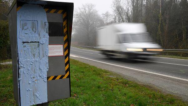 Tönkretették a traffipaxokat a sárgamellényesek, 17 százalékkal ugrott meg a halálos balesetek száma