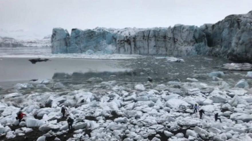 VIDEO | Touristen müssen fliehen: Teile eines isländischen Gletschers verursachen große Welle
