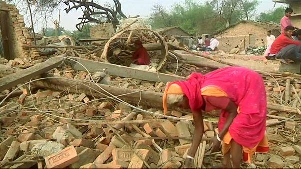 شاهد: ضحايا عاصفة نيبال يلملمون ما تبقى من ممتلكات تحت أنقاض بيوتهم