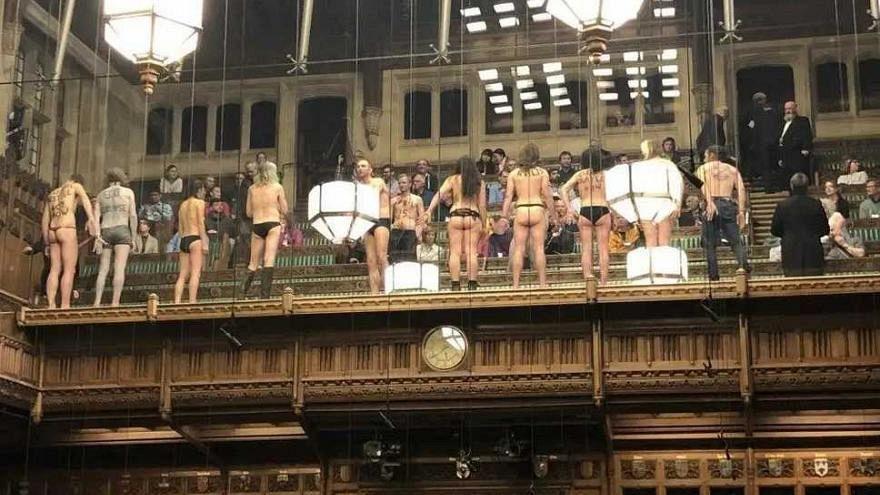 Un grupo de activistas climáticos se desnuda en el Parlamento británico
