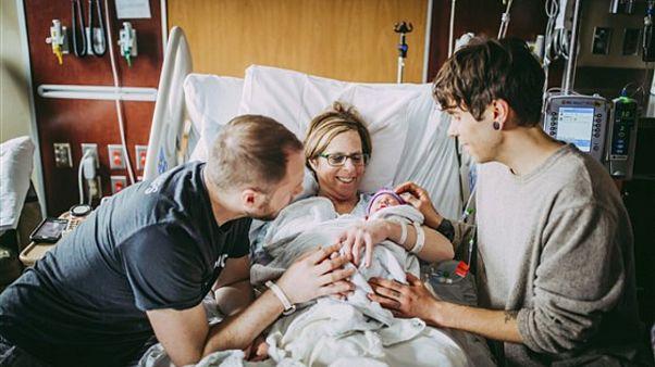 61 yaşındaki taşıyıcı anne eşcinsel oğlunun aile kurabilmesi için kendi torununu doğurdu
