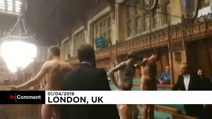 Londra: manifestanti (semi)nudi in Parlamento