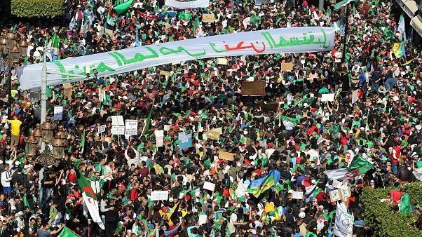 مئات الطلاب الجزائريين يتظاهرون ويطالبون بتنحي بوتفليقة فوراً