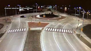 شاهد: سائق مسرع  يطير من نافذة سيارته فتلتقطه كاميرا الشرطة