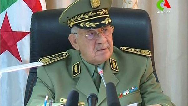 قائد الجيش الجزائري يدعو بوتفليقة إلى التنحي فورا