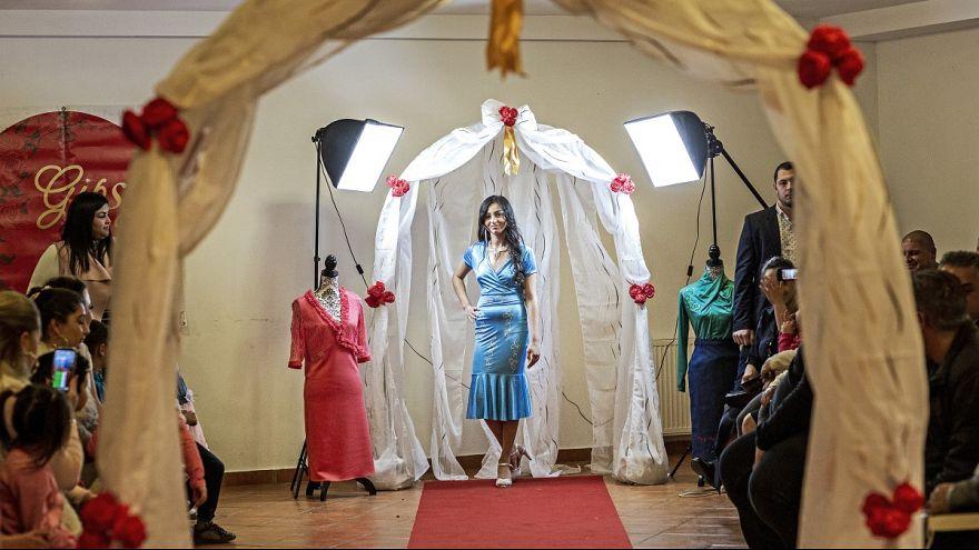 Roma lányok tervezte ruhák kerültek a kifutóra Esztergomban
