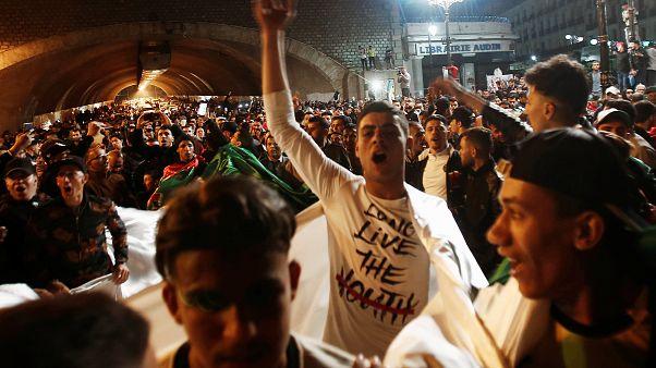 Az utcán ünnepelték az elnök lemondását Algériában