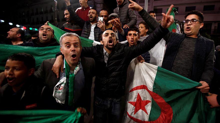 صور: الجزائريون يخرجون إلى شوارع العاصمة احتفالاً باستقالة بوتفليقة