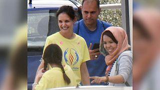 Η Κέιτι Χολμς με την κόρη της στη Μόρια