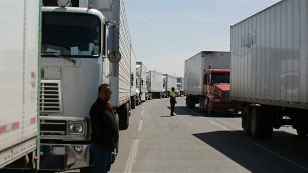 شاهد: طوابير شاحنات نقل البضائع عالقة بين الحدود المكسيكية-الأميركية