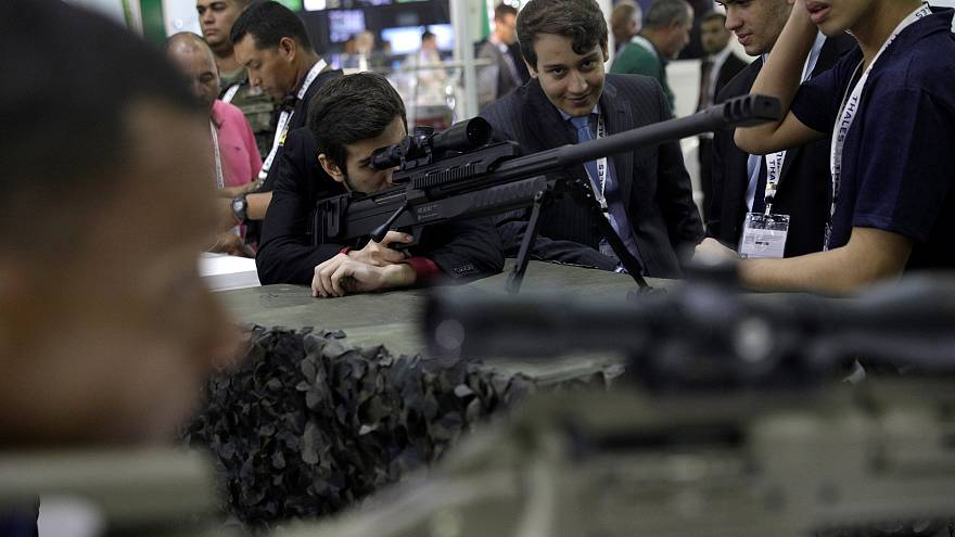 Pistola roubada em pleno salão de armas