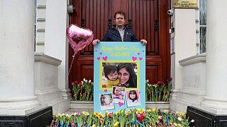 همسر نازنین زاغری در برابر سفارت ایران در لندن