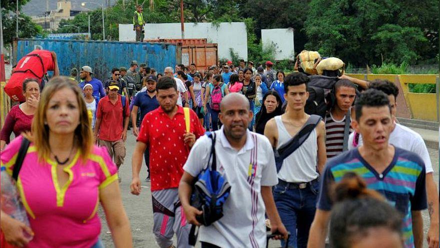 شاهد: آلاف الفنزويليين يعبرون الحدود الكولومبية هربا من الفقر