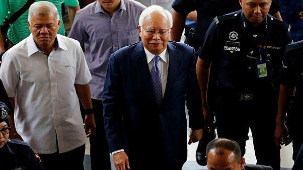 رئيس وزراء ماليزيا السابق يمثل أمام المحكمة في قضية فساد