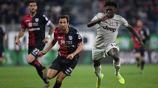 Moise Kean escapa-se a Darijo Srna durante o Cagliari - Juventus