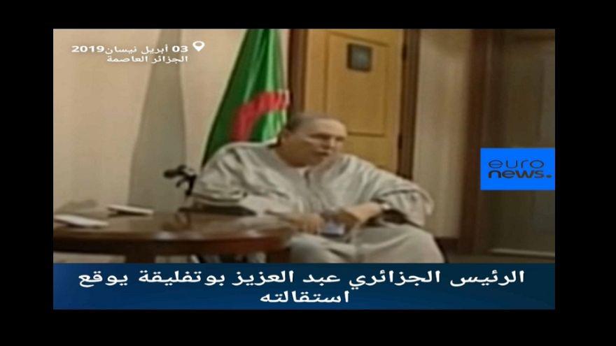 شاهد: بلباس تقليدي.. بوتفليقة يوقع استقالته والشارع الجزائري يحلم بدولة القانون