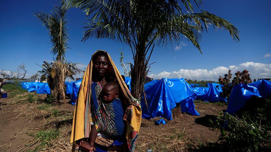 Moçambicana espera ajuda humanitária num campo da Beira