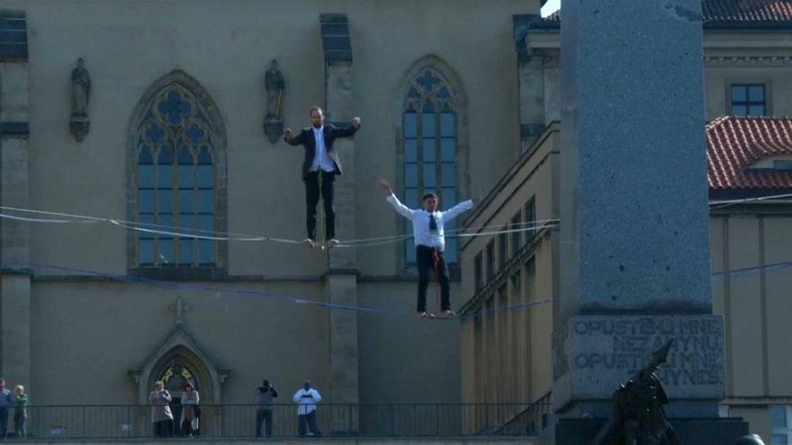 """À Prague, des funambules pour la """"santé mentale"""""""