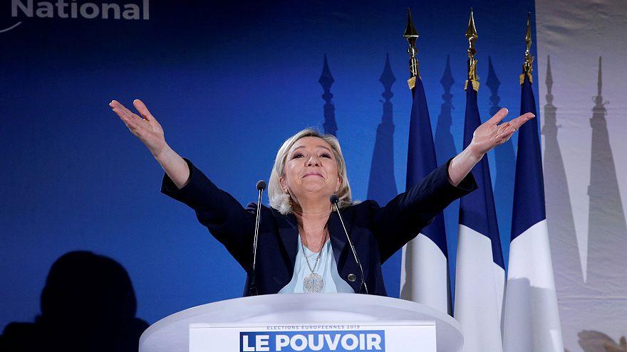 Macronnak és Brüsszelnek is hadat üzent Le Pen
