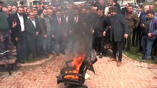 لرئيس البلدية محمد جوربوز خلال حرق الكرسي