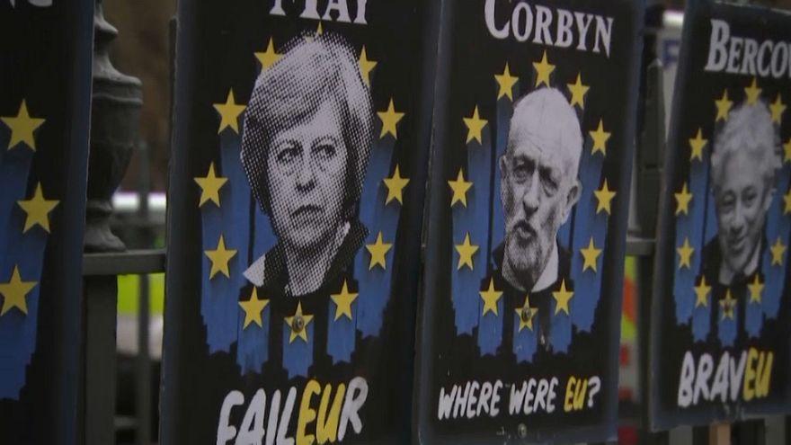 May e Corbyn tentam ultrapassar divisões