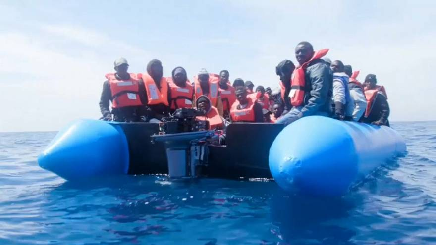 Migranti: in 64 su un gommone, salvati dall'ong Sea Eye