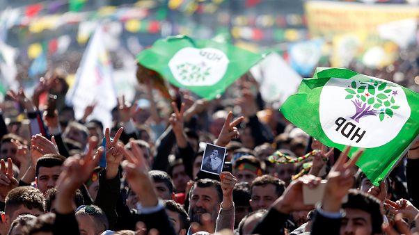 """Muş'ta HDP ile AK Parti arasında """"hile"""", geçersiz oy ve yeniden sayım mücadelesi devam ediyor"""