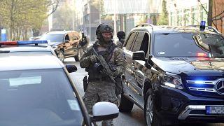 A TEK különleges egysége szállítja a gyanúsított szír férfit