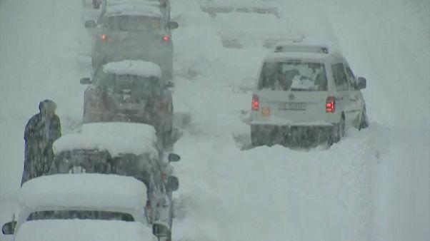 شاهد: الثلوج تشل حركة المرور في سويسرا