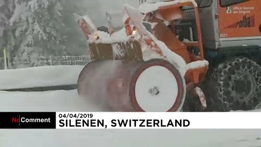 ویدئو؛ برف بهاری بزرگراهی را در سوئیس مسدود کرد