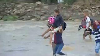 Venezuelanos atravessam o rio para chegarem à Colômbia