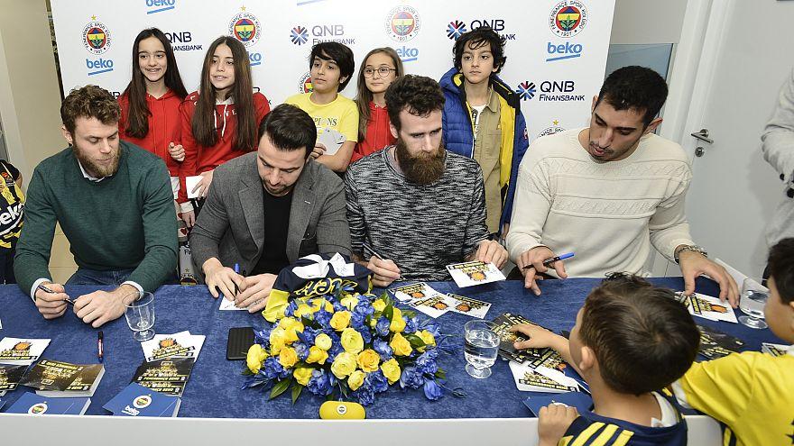 Fenerbahçeşli oyuncılar imza gününe katıldı