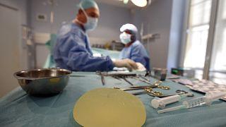 Rischio tumore, Francia ritira dal mercato protesi al seno macrotesturizzate