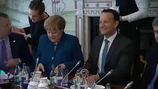 Merkel e Varadkar querem solução para a fronteira entre as duas Irlandas