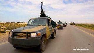 مركبات عسكرية على طريق في ليبيا