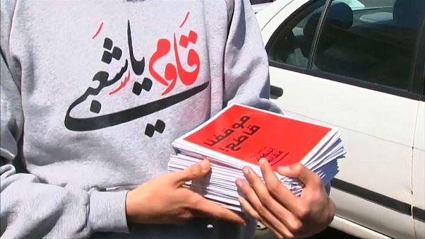ناشط من فلسطيني الداخل يحمل مطويات تدعو إلى مقاطعة الانتخابات الاسرائيلية
