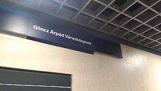 Göncz Árpád városközpont – átmatricázták a metrómegállót a Momentum aktivistái