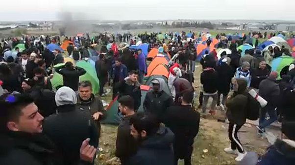 شاهد: لاجئون ومهاجرون ينظّمون مسيرة لمغادرة اليونان باتجاه الشمال الأوروبي