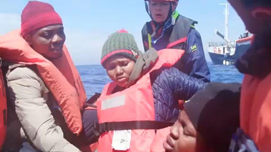 Menekülteket szállító hajó érte el Lampedusát, de nem engedik kikötni