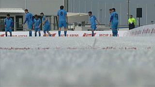 Sochi estrena un campo de fútbol de vasos reciclados