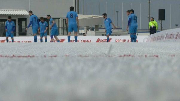 """Jogar futebol num """"relvado"""" feito de plástico reciclado"""