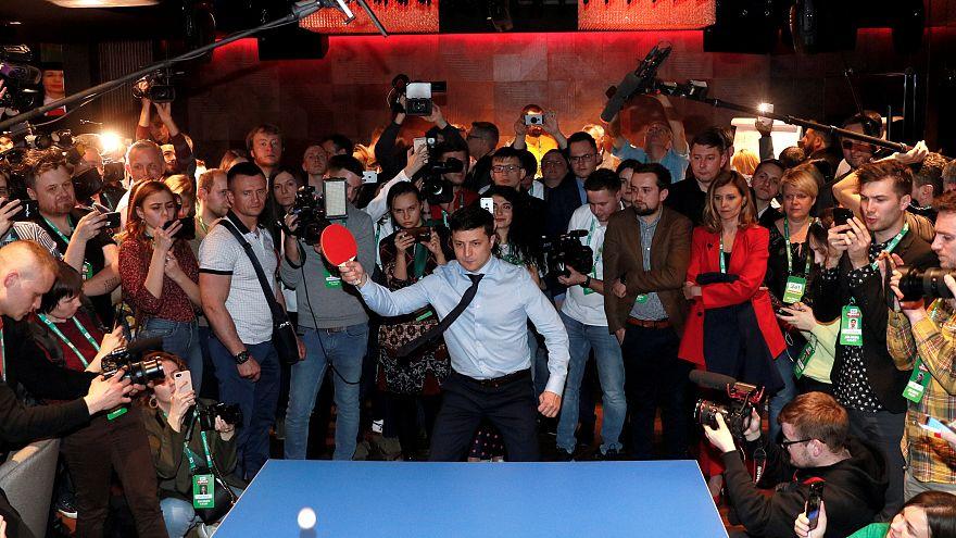 Владимир Зеленский в избирательном штабе играет в пинг-понг с журналистом