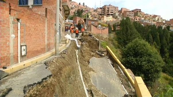 ویدئو؛ باران شدید و فرو ریختن جادهها در بولیوی