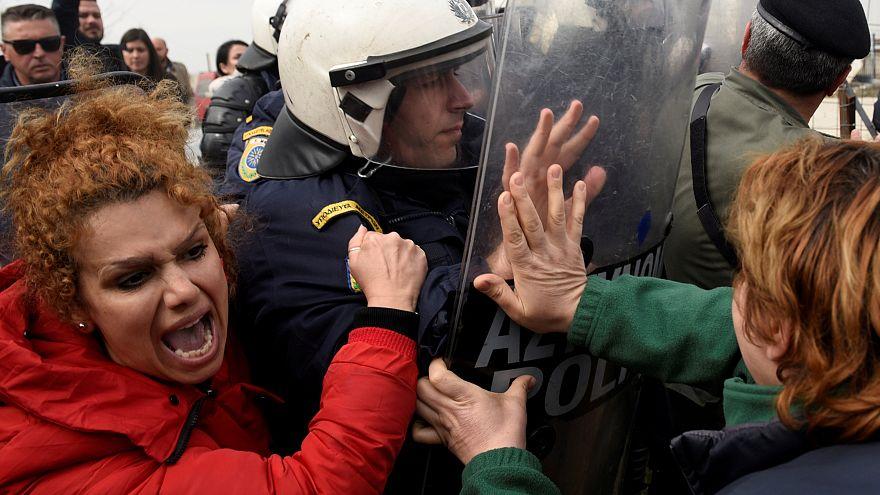 """Migranti: scontri tra polizia e la """"carovana della speranza"""" verso il centro Europa"""