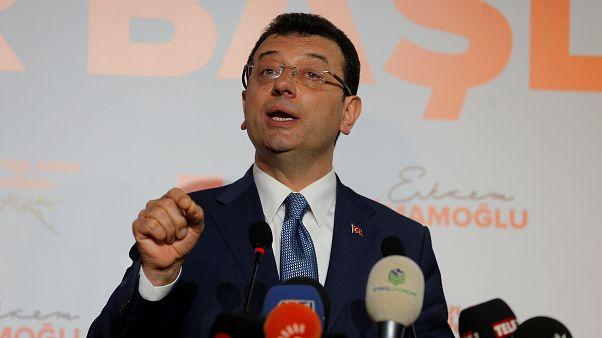 مرشح حزب الشعب الجمهوري أكرم إمام أوغلو في مؤتمر صحفي في اسطنبول/1 أبريل