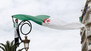 Argelinos pedem nas ruas verdadeira mudança