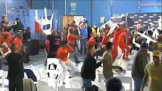 Güney Afrikalı parti üyelerinin kavgasında sandalyeler havada uçuştu